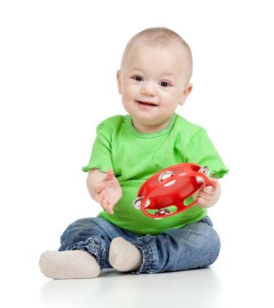 infante: Ni�o jugando con un juguete musical Aislado sobre fondo blanco