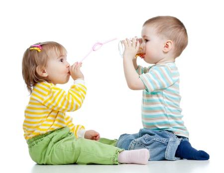 tomando jugo: adorable ni�o de beber el jugo de vidrio