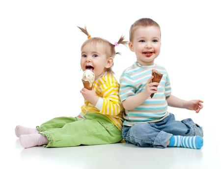 comiendo helado: los niños niña feliz y el niño con helado en el estudio aislado