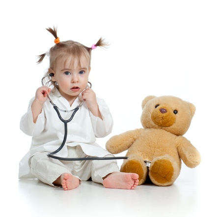 niños enfermos: Adorable niña con la ropa de médico aislado en blanco