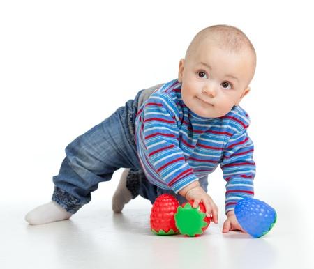 baby crawling: Divertida del beb� jugando con los juguetes, aislado m�s de blanco