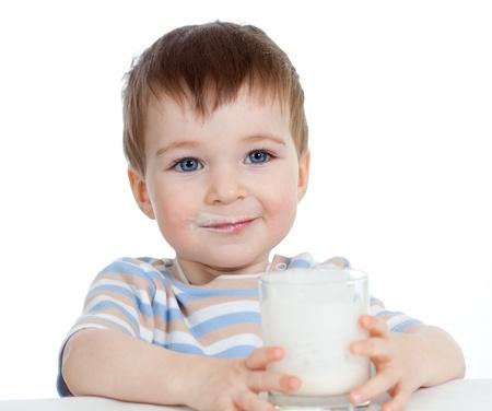 melk glas: Baby drinken yoghurt of kefir op een witte