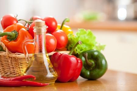 aceite de cocina: las verduras los alimentos sanos y frescos sobre la mesa