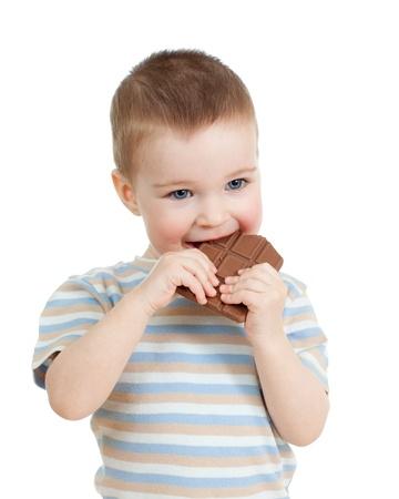 niño comiendo chocolate, aislado en blanco
