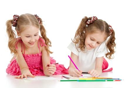 dessin enfants: deux soeurs dessiner avec des crayons de couleur ainsi que sur blanc