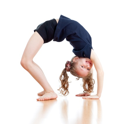 acrobacia: joven haciendo gimnasia sobre fondo blanco