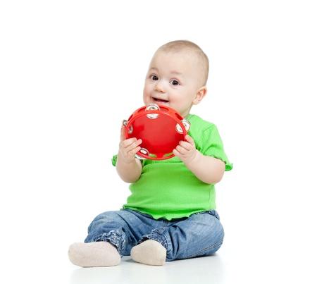 pandero: Niño jugando con un juguete musical Aislado sobre fondo blanco