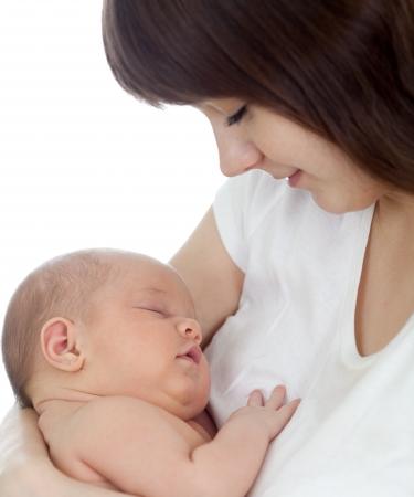 lactancia materna: Close-up joven madre sosteniendo a su bebé recién nacido aislado en fondo blanco de enfoque sobre el trabajo infantil
