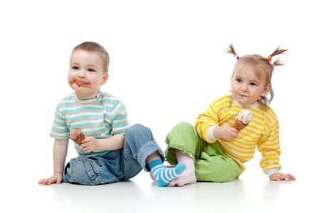 dirty girl: bambini felici bambina e ragazzo con il gelato in studio isolato Archivio Fotografico