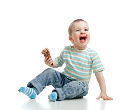 chocolate ice cream: enfant gar�on heureux avec peu de cr�me glac�e au chocolat dans le studio isol�