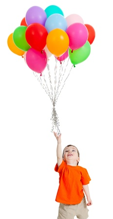 Lächelnden Jungen mit Bündel bunte Luftballons in der Hand auf weiß isoliert