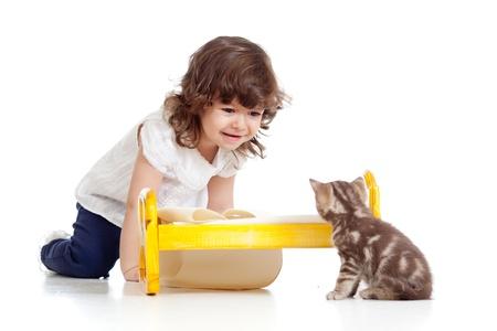 rizado niña jugando con gato como madre con el bebé