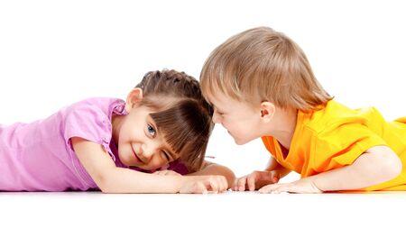 gemelos niÑo y niÑa: Chico y una chica divertida los niños juegan juntos Foto de archivo