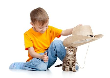 adorable gatito jugando con aislado en blanco