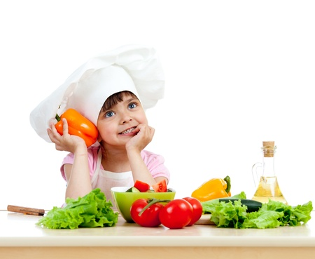 ni�os cocinando: Chica chef la preparaci�n de ensalada saludable de alimentos vegetales sobre fondo blanco
