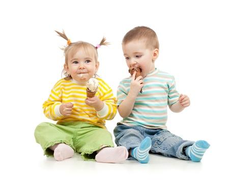 bambini felici bambina e bambino con il gelato in studio isolato Archivio Fotografico