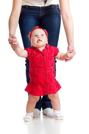 first step: kleines M�dchen tun ersten Schritt mit Hilfe der Mutter