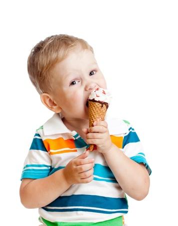 eating ice cream: ni�o chico lindo comiendo un helado en el estudio aislado