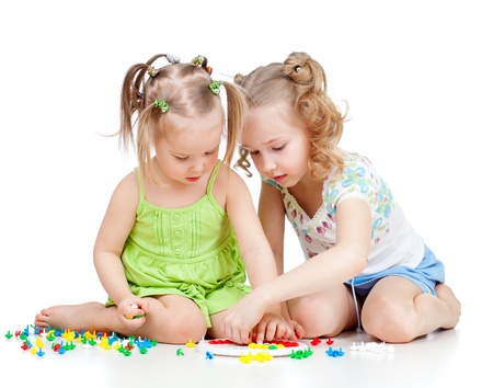 jouet: deux enfants s?urs paly ensemble, isol� sur fond blanc