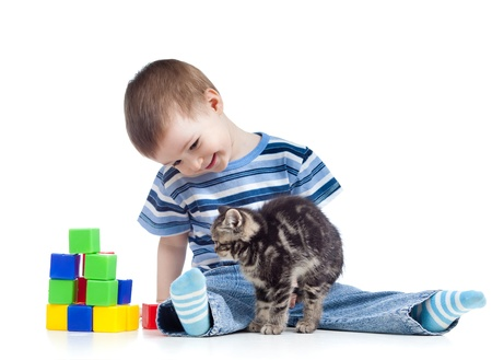 niño sonriente mirando divertido gatito