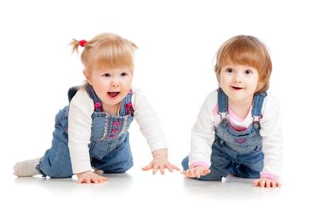 bebe gateando: Chicas divertidas niños gateando en el piso Foto de archivo