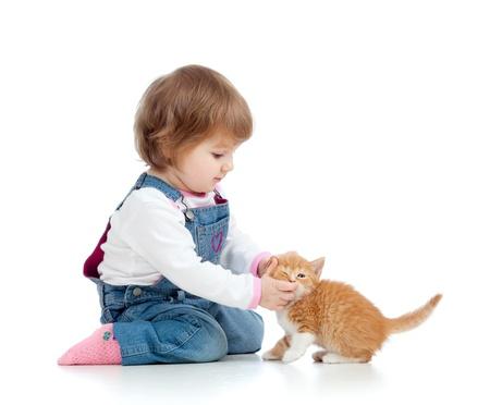 enfant qui joue: adorable enfant jouant avec chaton