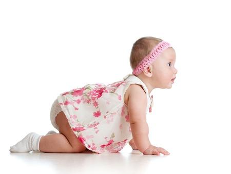 bebe gateando: Vista del lado de la bella bebé que se arrastra Foto de archivo