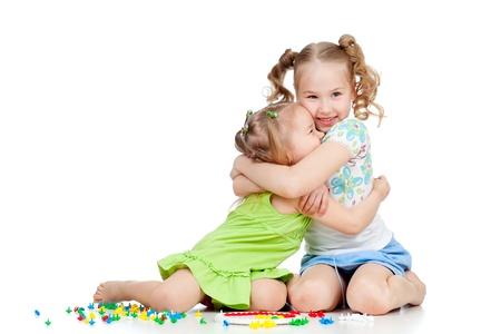 ni�as jugando: ni�as hermanas jugando y que abarca m�s de fondo blanco