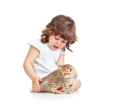 okşayarak: kız çocuk oynuyor ve kedi kedi yavrusu okşayarak Stok Fotoğraf