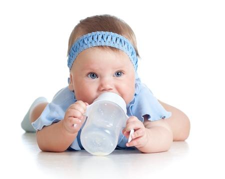 8 개월 병에서 우유를 마시는 예쁜 아기 소녀