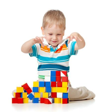 preescolar: ni�o jugando bloques de juguete aislados sobre fondo blanco Foto de archivo