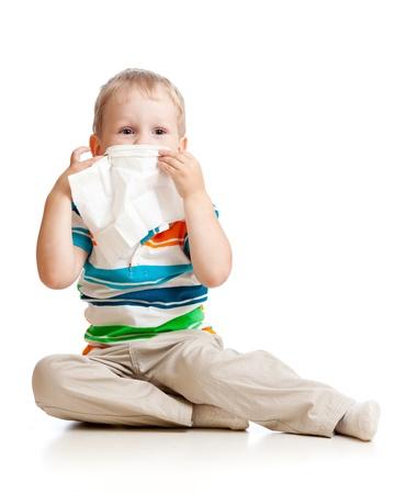 estornudo: nariz niño limpiando con tejido aislado en blanco
