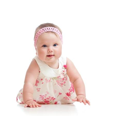 cintillos: hermosa bebé gateando en el piso sobre fondo blanco