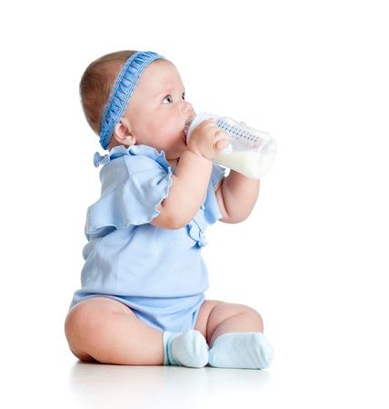 baby biberon: adorabile bambino beve il latte dalla bottiglia ragazza Archivio Fotografico