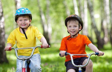 niños en bicicleta: niños pequeños que montan sus bicicletas en el parque