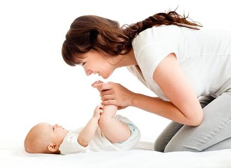 madre y bebe: madre feliz jugando con su beb� reci�n nacido Foto de archivo