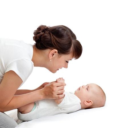 massage enfant: mère joyeuse jouant avec son bébé bébé Banque d'images