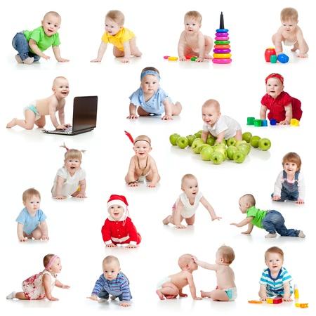 lactante: conjunto de arrastre beb�s o ni�os peque�os con juguetes aisladas en blanco