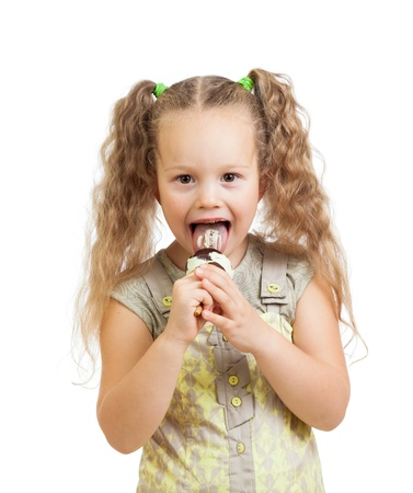 eating ice cream: ni�a rizado comer helado en estudio aislado Foto de archivo