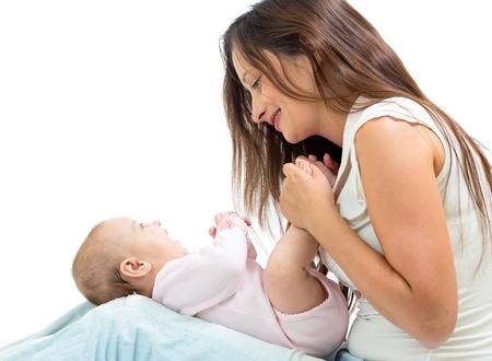 baby massage: m�re joyeuse jouer et faire de la gymnastique son b�b� b�b� Banque d'images