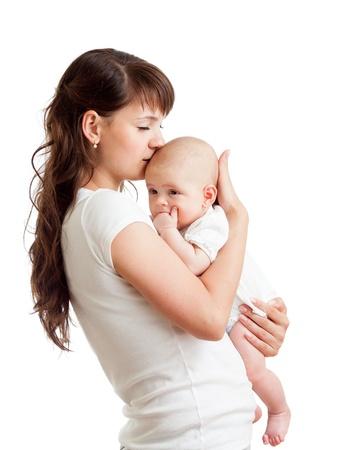 mother: amorevole madre che bacia il suo bambino isolato su sfondo bianco