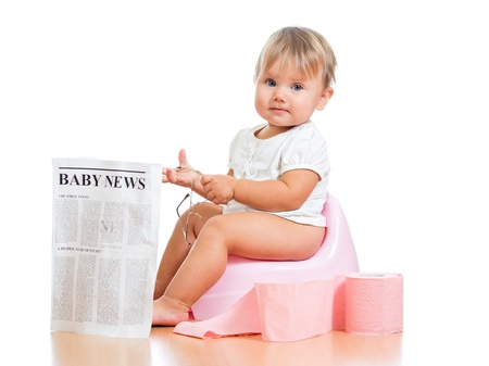 t�pfchen: funny Kind M�dchen liest Zeitung auf Nachttopf