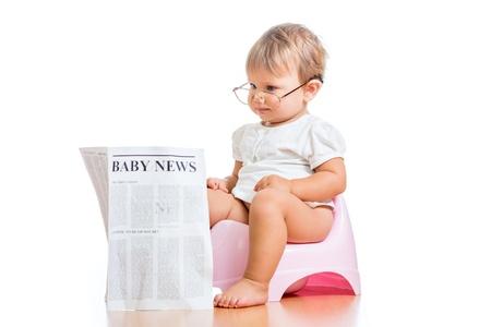 inodoro: chica ni�o divertido leyendo el peri�dico en orinal