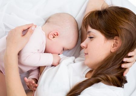 lactancia materna: pecho de la madre joven alimentando a su bebé