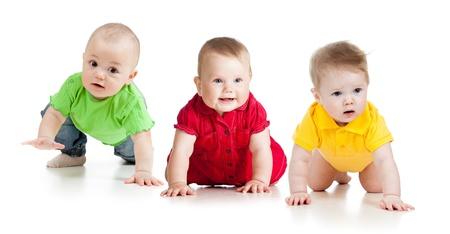 bebes lindos: divertido bebé va a cuatro patas Foto de archivo