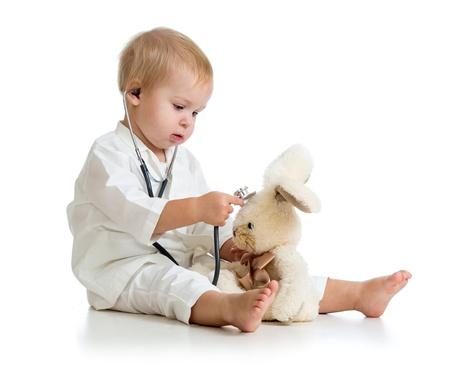 ragazza malata: Adorabile bambino con gli abiti di medico isolato su bianco