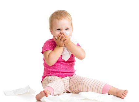 sneezing: naso ragazzino pulizia con un tessuto isolato su bianco
