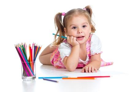 dessin enfants: Cute girl faire un dessin avec des crayons de couleur