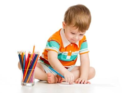 trekken: funny baby jongen tekening met kleurpotloden Stockfoto