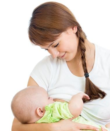 lactancia materna: pecho de la madre alimentar y abrazando a su bebé
